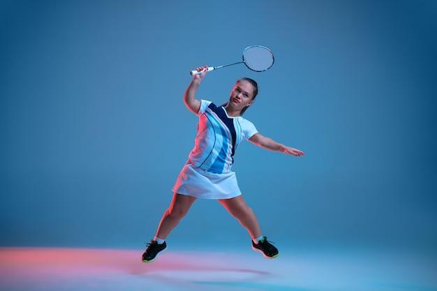Bella piccola donna che pratica nel badminton Foto Gratuite