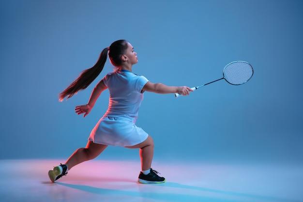 バドミントンで練習している美しい小さな女性 無料写真