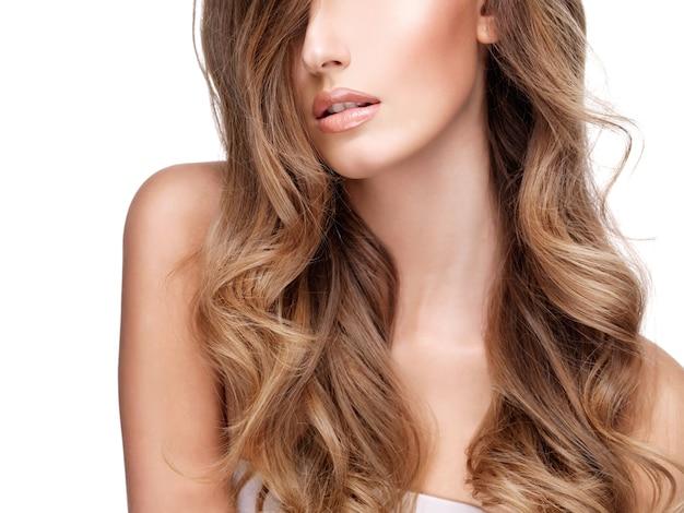 Bei capelli marroni lunghi di una donna abbastanza giovane. isolato su bianco Foto Gratuite