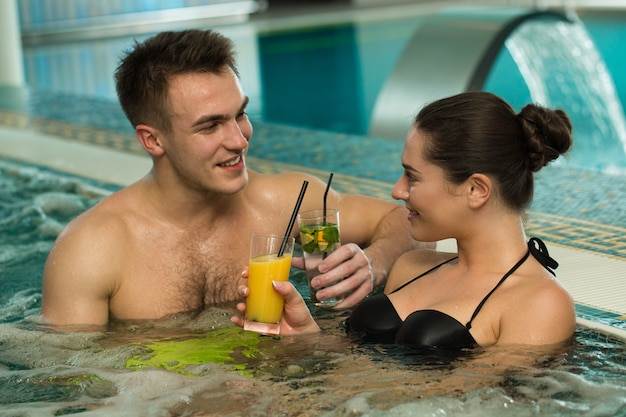 一緒にジャグジー浴槽でリラックスした美しい愛情のあるカップル Premium写真