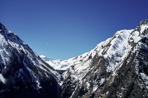 雪山と空の美しいローアングルショット 無料写真