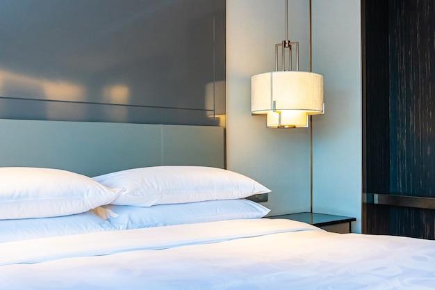Красивая роскошная удобная белая подушка и одеяло украшают интерьер спальни Бесплатные Фотографии