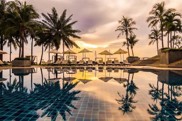 호텔과 리조트의 아름다운 럭셔리 야외 수영장 무료 사진