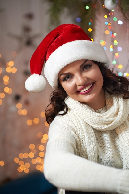 クリスマス帽子をかぶっている美しい成熟した女性 無料写真