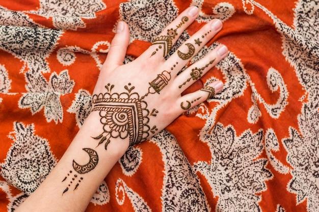 Beautiful mehndi paints on woman hand Free Photo