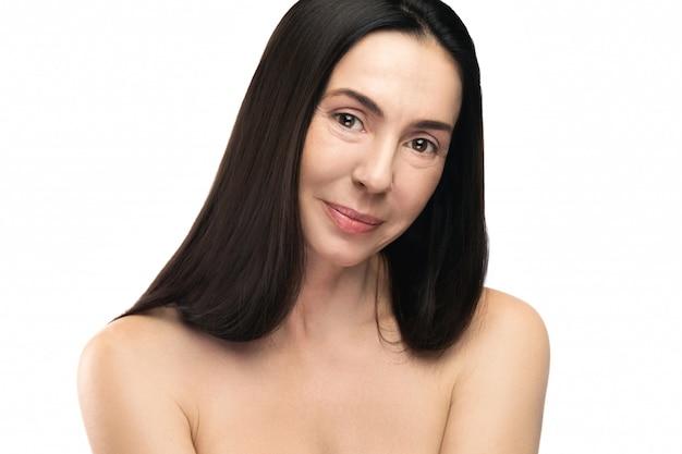 白い背景の上の美しい中年の女性 Premium写真