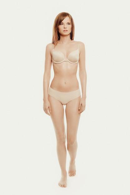 下着姿でポーズをとる美しいモデル 無料写真