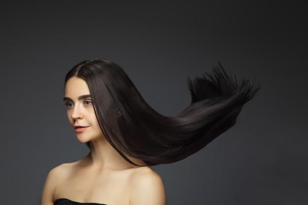 Bellissima modella con lunghi capelli castani lisci e volanti Foto Gratuite