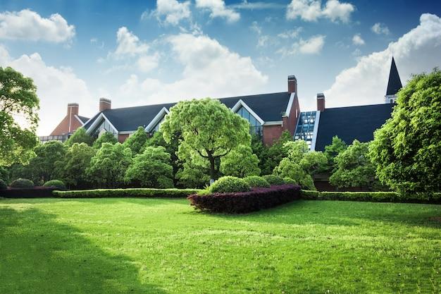Красивый современный дом в цементе, вид из сада. Бесплатные Фотографии