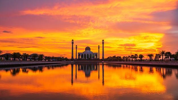 Красивая мечеть на закате. Premium Фотографии