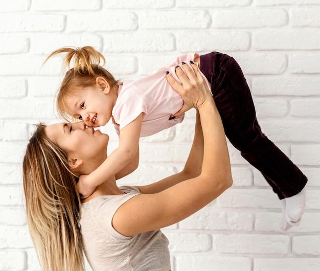 家で娘と遊ぶ美しい母親 無料写真