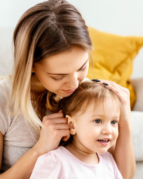 娘の世話をしている美しい母親 無料写真