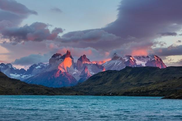 Красивые горные пейзажи в национальном парке торрес-дель-пайне, чили. всемирно известный туристический регион. Premium Фотографии