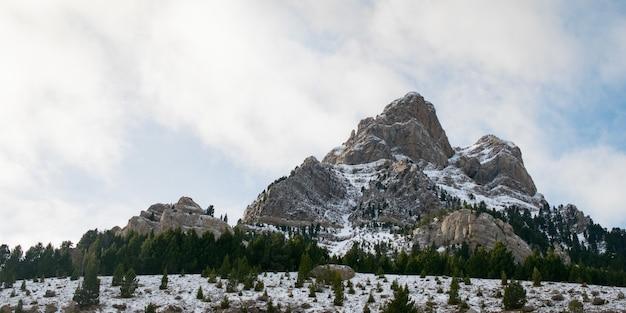 霧に包まれた雪で覆われた美しい山脈-自然に最適 無料写真