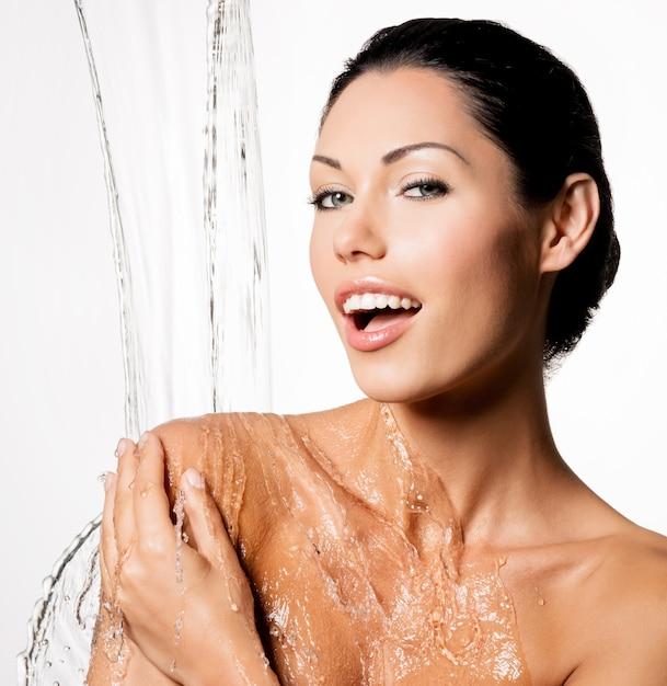 濡れた体と水しぶきの美しい裸の女性 無料写真
