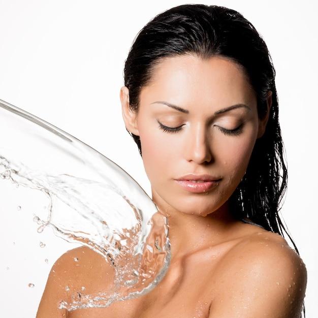 젖은 몸과 물 밝아진 아름다운 벌거 벗은 여자 무료 사진