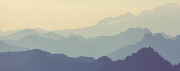 美しい自然の背景。日没時の山のシルエット。 Premium写真