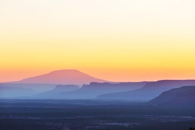 Красивый естественный фон. силуэт горы на закате. Premium Фотографии