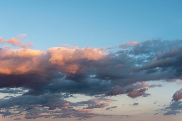 Belle nuvole naturali nel cielo alla luce del giorno Foto Gratuite