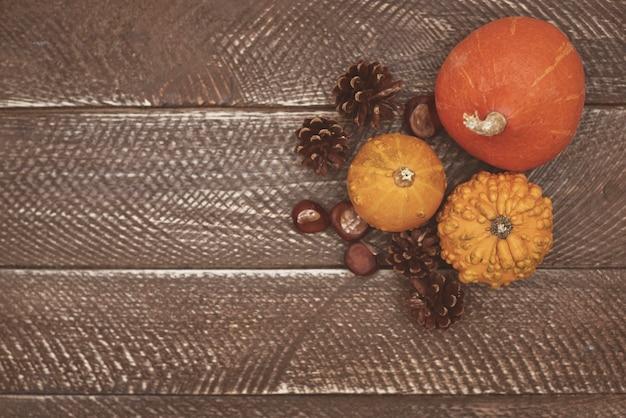 나무 테이블에 아름다운 자연 조성 무료 사진