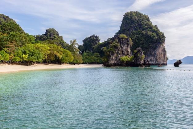 タイ、クラビ県、アンダマン海の島々の美しい自然 Premium写真