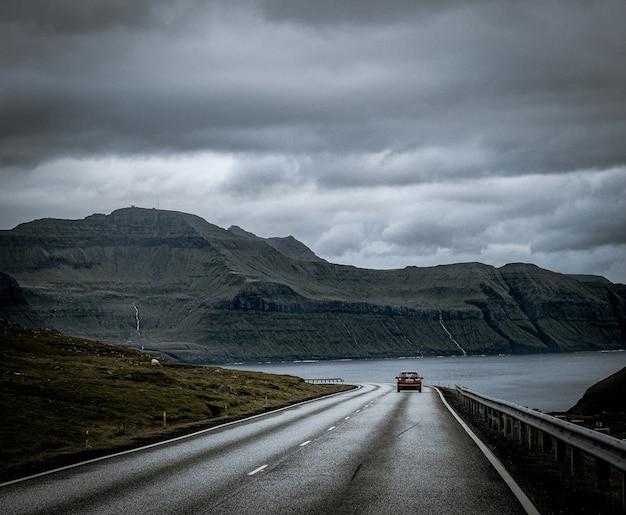 Красивая природа, такая как скалы, море и горы фарерских островов. Бесплатные Фотографии