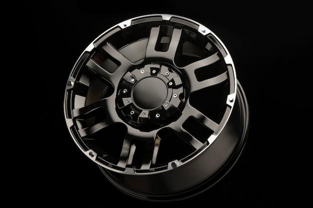 Suv車用の美しい新しい黒い合金ホイールがクローズアップ Premium写真