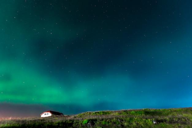 아이슬란드 남부 레이 캬 인 반도의 아름다운 오로라 프리미엄 사진