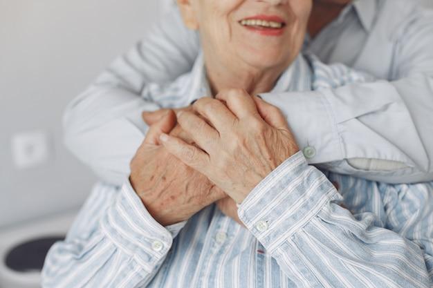 Красивая старая пара проводила время вместе дома Бесплатные Фотографии