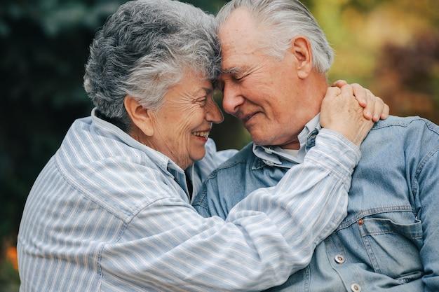 Le belle coppie anziane hanno trascorso insieme il tempo in un parco Foto Gratuite