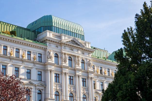 Красивый старый белый фасад здания в городе вена Premium Фотографии