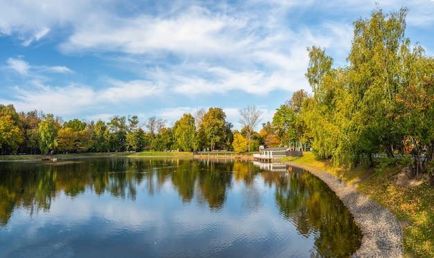모스크바의 아름다운 Ostankino 공원, 물에 부두와 반사와 가을 연못 프리미엄 사진