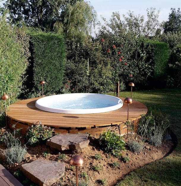 Beautiful outdoor jacuzzi Premium Photo