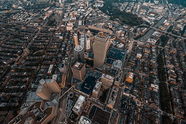 ドローンで撮影された美しい頭上の街並み 無料写真