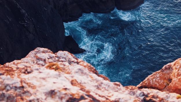 海の崖に驚くほどの質感を持つ水域の美しい俯瞰写真 無料写真