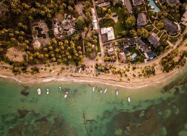 Красивый вид сверху домов и небольших лодок, припаркованных на берегу моря. Бесплатные Фотографии