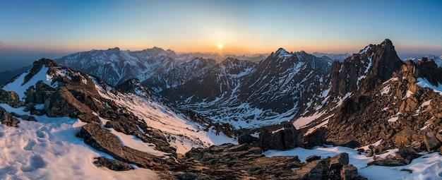 Красивая панорама гор на закате Premium Фотографии