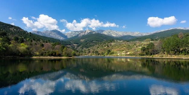 배경에 산과 나무와 호수의 아름다운 파노라마 샷 무료 사진