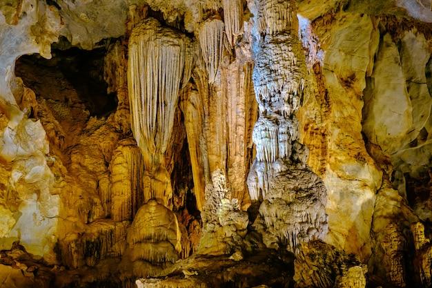 ベトナムの美しいパラダイス洞窟 Premium写真