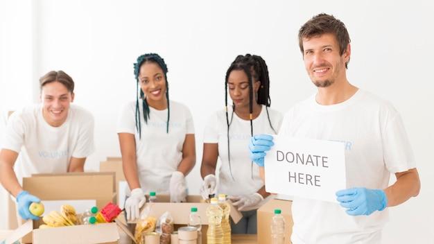 Красивые люди добровольно делают пожертвования для бедных Premium Фотографии