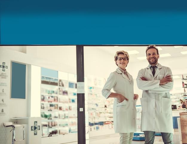 美しい薬剤師がカメラを見ています。 Premium写真
