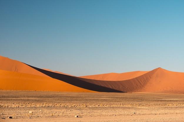 Bella immagine delle dune del parco nazionale del namib contro le montagne di sabbia marrone Foto Gratuite