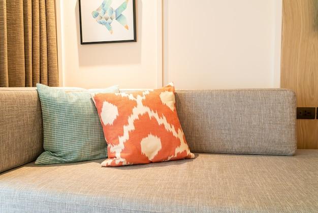 リビングルームのソファの上の美しい枕の装飾 Premium写真