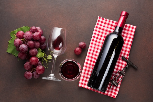 Beautiful red arrangement with wine and grapes Free Photo