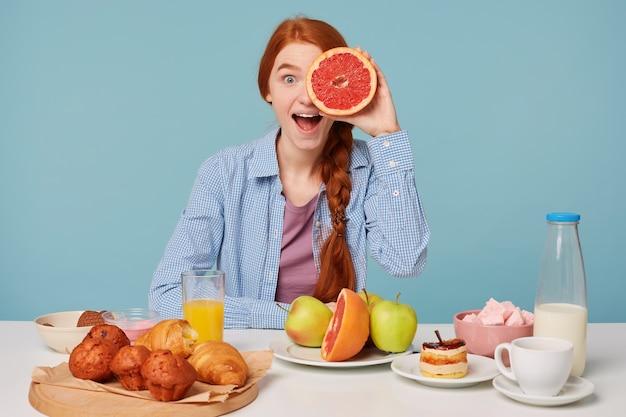 건강 식품으로 아름 다운 빨간 머리 여자 무료 사진
