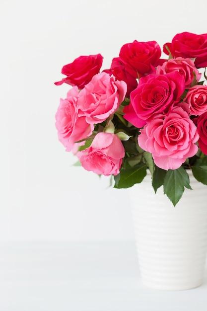 Красивый букет красных роз в вазе Premium Фотографии
