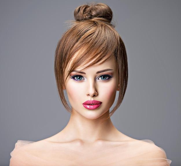 スタイルの髪型を持つ美しい赤毛の女の子。大きな青い目をしたセクシーな若い女性の肖像画。ファッションモデルのポーズ 無料写真