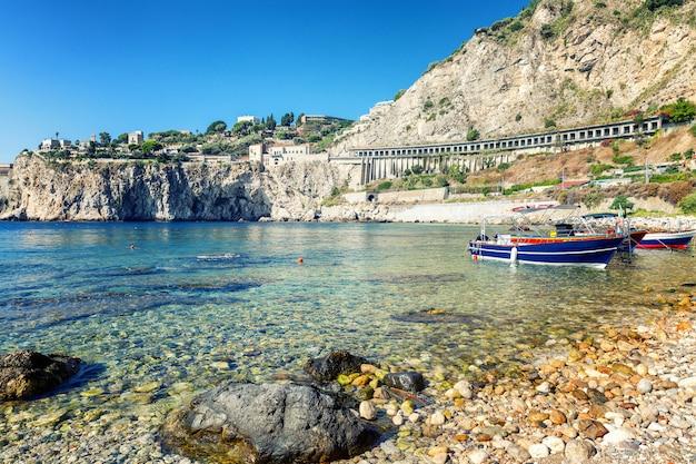 Beautiful rocky beach Premium Photo