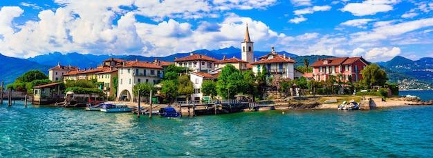 Красивое романтическое озеро лаго маджоре - вид на остров isola dei pescatori. италия Premium Фотографии