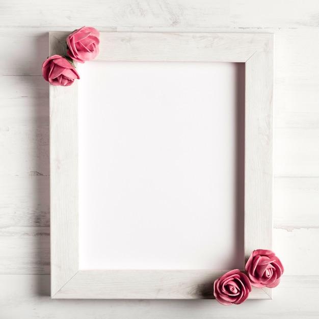 Belle rose su semplice cornice di legno Foto Gratuite